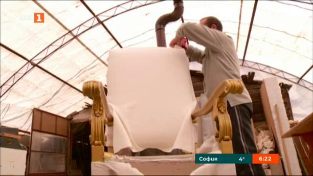 Претапицират трона, на който ще седне папа Франциск в град Раковски