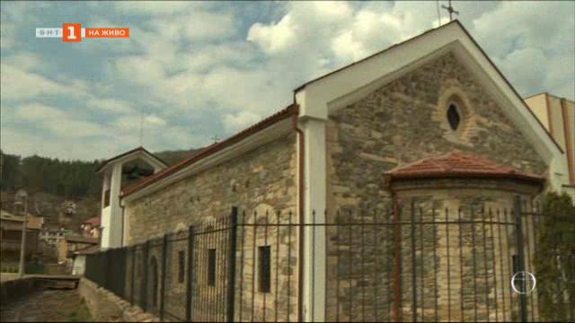 Храмове, реставрирани с европейски средства, стоят заключени