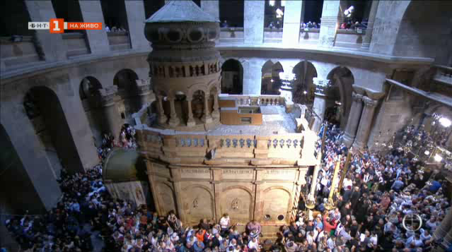 На Велика събота директно от Йерусалим запалването на Благодатния огън