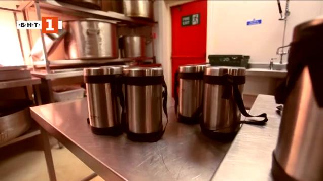 Топла храна в метални съдове