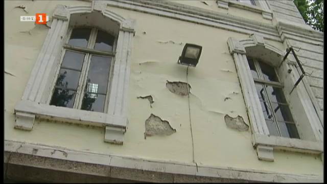 Има ли решение за рушащата се най-стара гимназия в Пловдив?