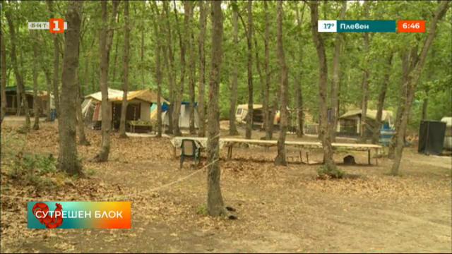 Туристи лагеруват в гората, вместо в новия къмпинг в Шкорпиловци