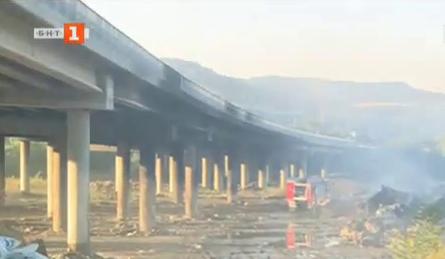 Затвориха магистрала Струма край Дупница заради пожар