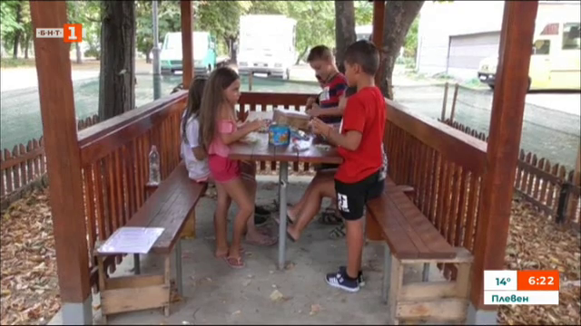 Деца изработват украшения, за да помогнат на болен приятел