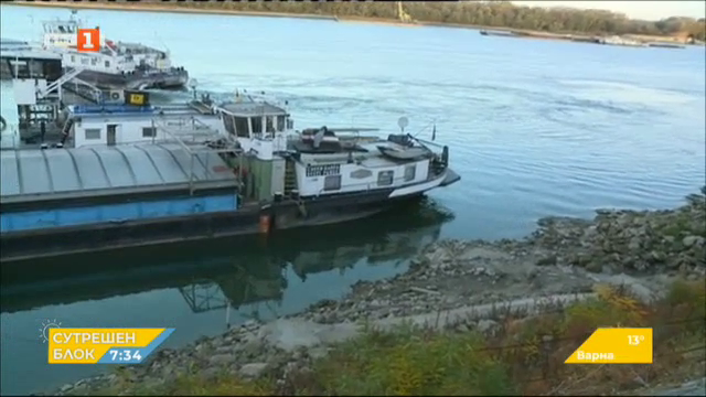 Ниското ниво на река Дунав блокира над 30 кораба край Свищов