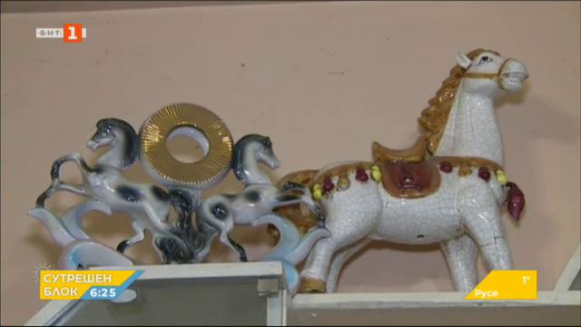 Впечатляваща колекция от фигури на коне