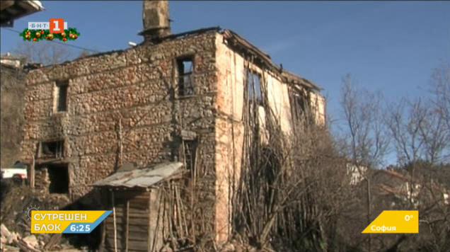Две момчета спасиха възрастна жена от пожар в дома ѝ