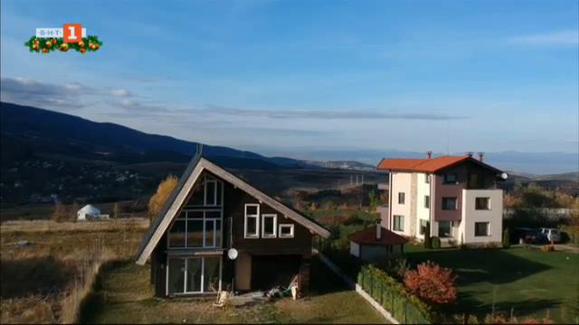 Влади и неговата енергийно ефективна къща от слама