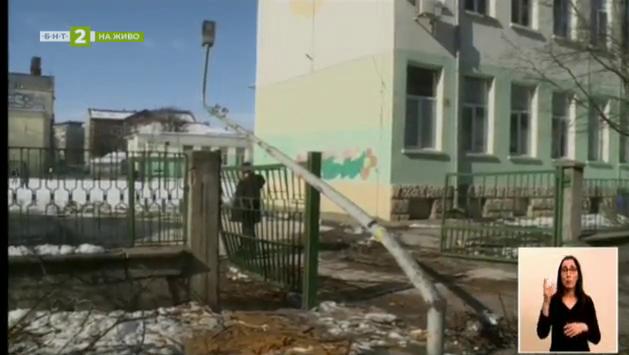 След снега в Русе – все още необезопасени дървета и улични лампи