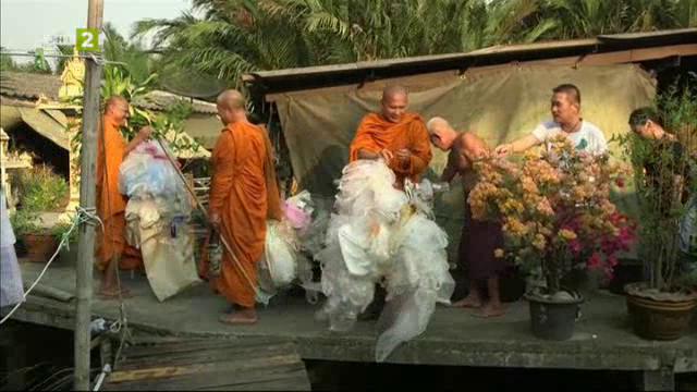 Будистки монаси произвеждат дрехи от пластмасови отпадъци