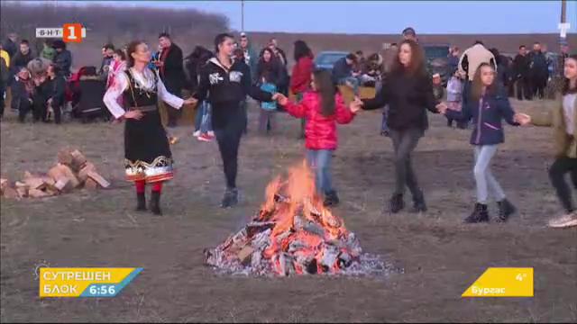 На Сирни заговезни по традиция прескачаха огньове в Русенско
