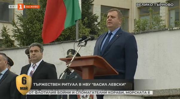 Министър Каракачанов приветства курсантите в НВУ Васил Левски