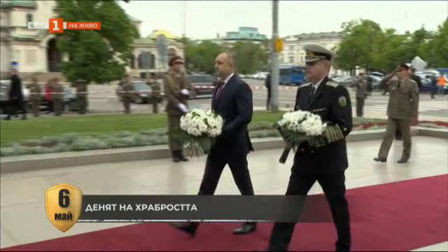 Полагане на цветя пред паметника на Незнайния воин