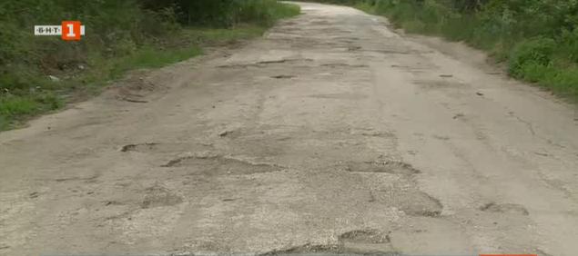 Разбит път свързва разградските села Юпер и Черешово