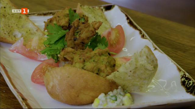 Бъргъри с пилешко, царевица и гуакамоле, мексикански кесадии с домашни тортили