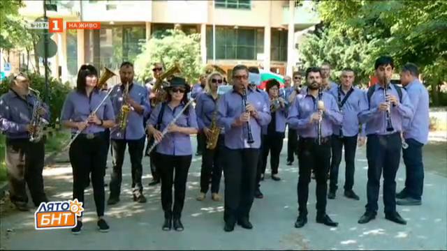 Шествие и церемония при библиотека Иван Вазов в Пловдив