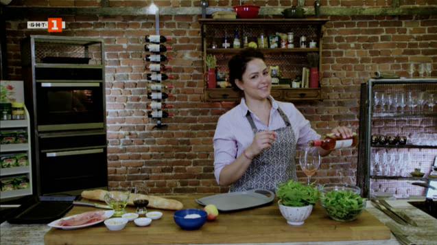 Салата с валериана, рукола и спанак и печени патладжани със салца от домати