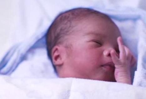 Защо отделят бебетата от майките в първите часове след раждането?